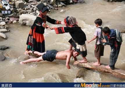 老师俯身让学生踩背过河照片引发争议图