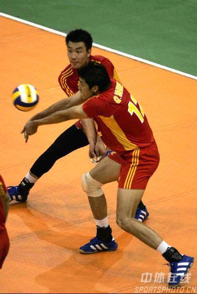 图文:亚锦赛中国男排3-0胜伊朗 两人争先恐后