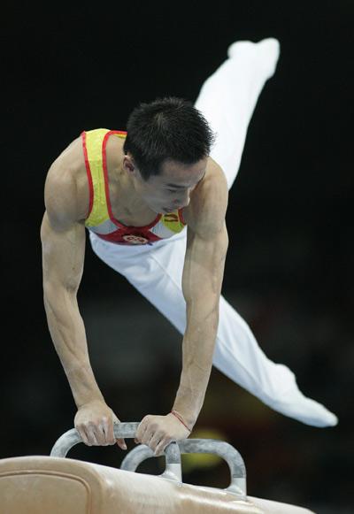 图文:男团决赛中国队 肖钦进行鞍马比赛