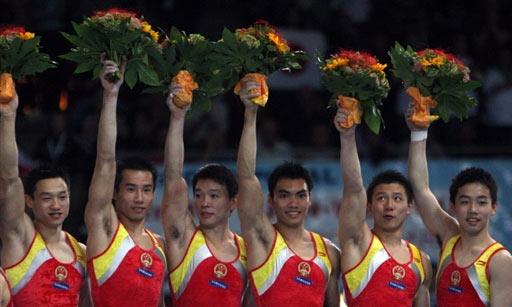 图文:男团决赛中国成功卫冕  中国队高举花环