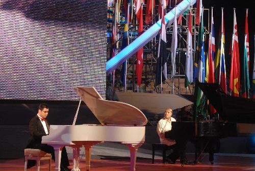图文:残奥运会倒计时一周年晚会 钢琴家演奏