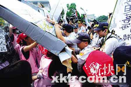 民众与警察发生冲突。