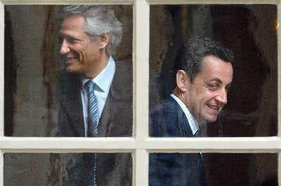 2005年6月10日,时任法国总理德维尔潘(左)和内政部长萨科齐(右)在一次会议之后朝各自的办公室走去。IC资料