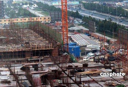 2007年9月6日14时许,郑州市内一处正在施工的建筑工地发生垮塌事故(图片:中新社)