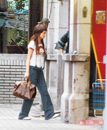 记者会后杨丞琳前往民生东路上的整骨诊所就医。