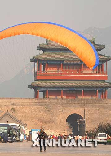 北京百架动力伞飞越长城