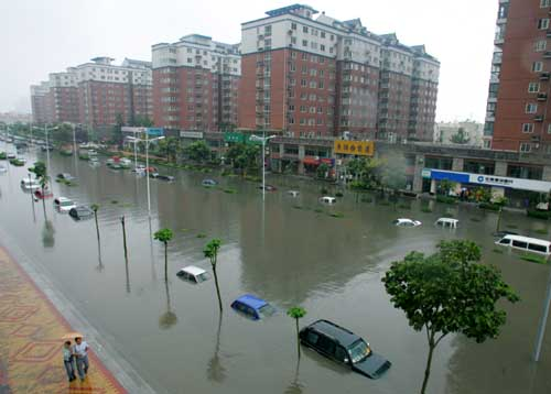 9月4日,暴雨造成西安市团结南路与科技路十字积水严重,数十辆汽车被淹没    本报记者 王鹏 摄