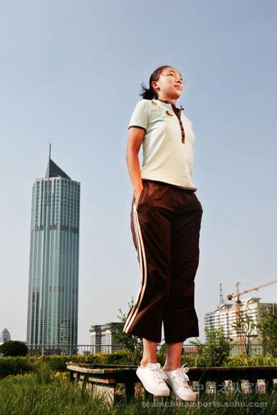 图文:女足美女球员系列曲飞飞 大秀身材