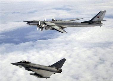 """英国国防部公布的8月17日""""台风""""战斗机拦截俄罗斯轰炸机照片。"""