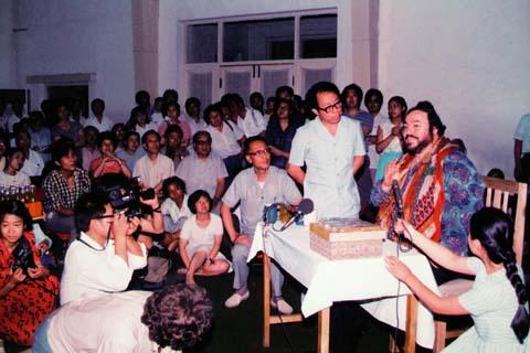 1986年7月3日,帕瓦罗蒂来到中央歌剧院给演员进行声乐指导(1986年,帕瓦罗蒂与意大利热那亚歌剧院在北京演出普契尼的歌剧《波希米亚人》,中央歌剧院合唱团的部分演员饰演了这一剧目的群众角色)