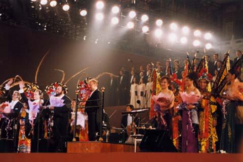 2001年6月23日,帕瓦罗蒂联袂多明戈、卡雷拉斯在北京紫禁城举行了世界三大男高音演唱会(乐队演奏:中央歌剧院交响乐团;女高音演唱从左到右分别为:中央歌剧院女高音歌唱家王霞、么红、马梅)