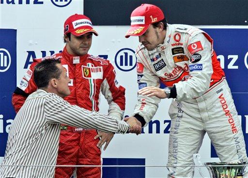 2007年F1欧洲大奖赛上,舒马赫作为嘉宾为阿隆索颁奖