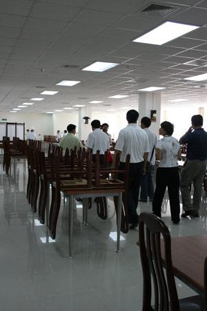 图文:残疾人训练基地人物篇 参观干净的食堂
