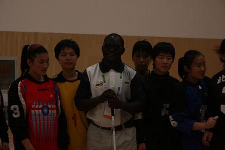 图文:残疾人训练基地人物篇 团长与盲人姑娘们