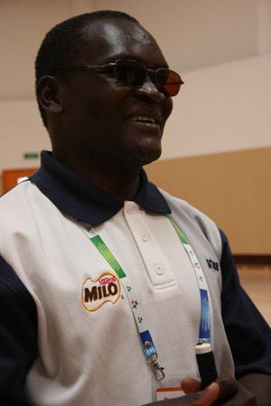 图文:残疾人训练基地人物篇 团长满意的笑容