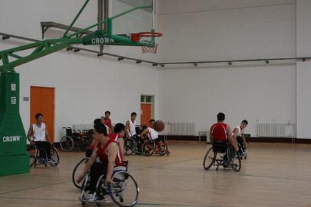 图文:残疾人训练基地人物篇 轮椅篮球队在训练
