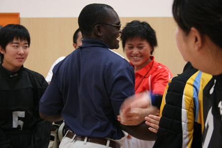 图文:残疾人训练基地人物篇 与队员亲切地拥抱