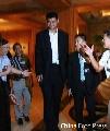 图文:姚明抵达台湾球迷热情欢迎 姚明西装革履