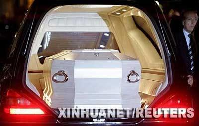9月6日,意大利著名男高音歌唱家帕瓦罗蒂的棺木运抵摩德纳大教堂。