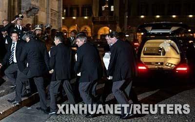 9月6日,意大利著名男高音歌唱家帕瓦罗蒂的棺木被抬进摩德纳大教堂。新华社/路透