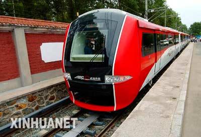 这是新下线的首都国际机场快速轨道线首列直线电机车辆 新华社记者 迟海峰摄