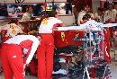 图文:[F1]意大利站末次练习 抢修莱科宁赛车