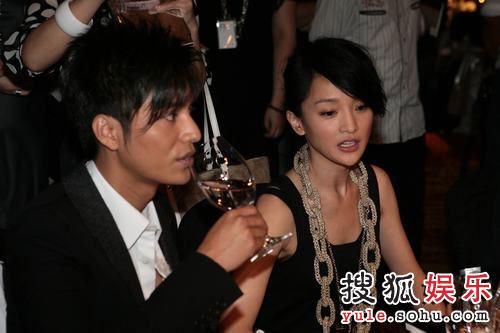 图:2007芭莎明星慈善夜  陈坤周迅相邻而坐