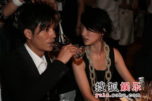 图:2007芭莎明星慈善夜  陈坤喝酒周迅相陪