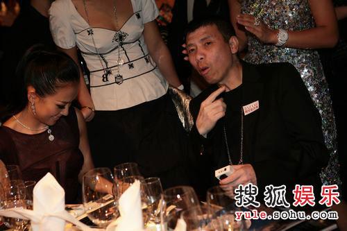 图:2007芭莎明星慈善夜 冯小刚享受晚宴