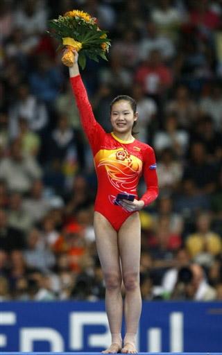图文:女子跳马程菲获得三连冠 站在颁奖台上