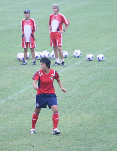 图文:[世界杯]女足备战 刘亚莉面露杀气
