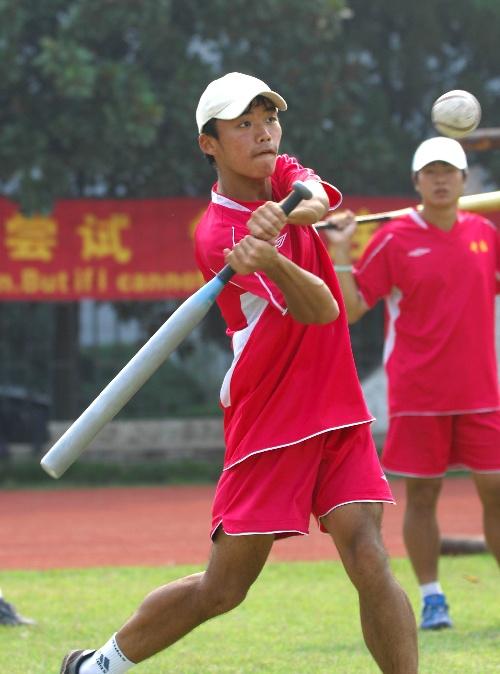 图文:中国男子垒球队备战特奥会 认真击球