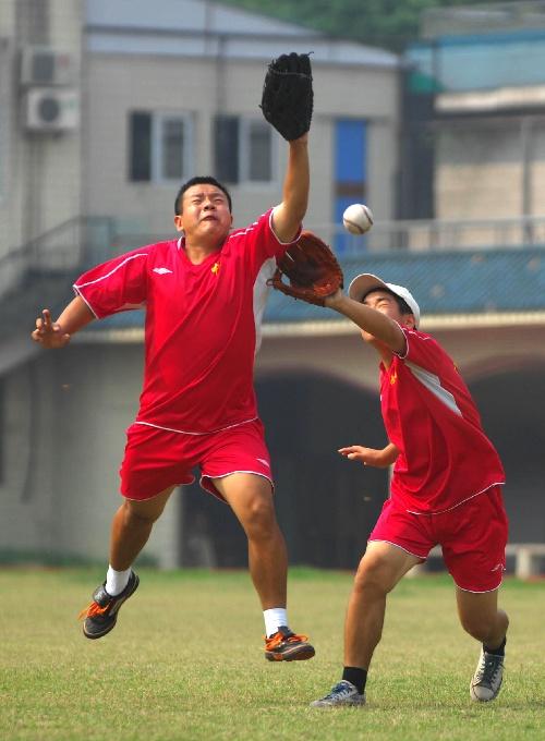 图文:中国男子垒球队备战特奥会 你争我夺