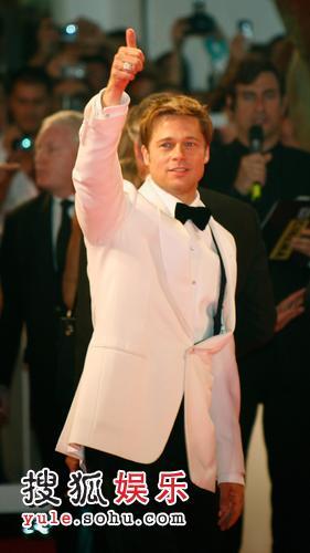 布拉德皮特亮相本届红毯,但是没有出现在颁奖现场