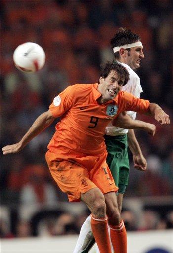 图文:荷兰2-0保加利亚 范尼争顶头球