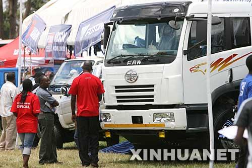 9月8日,在肯尼亚首都内罗毕举行的东非汽车展览会上,参观者观看中国一汽集团生产的重型汽车。在此次车展上,北汽、一汽等几家中国汽车厂商的汽车以其美观实用的设计、较高的性能价格比受到肯尼亚顾客的关注。 新华社记者王迎摄