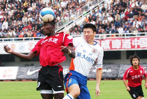 图文:[中超]长春亚泰0-0山东 双方头球争顶