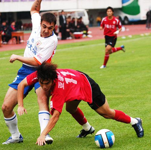 图文:[中超]长春亚泰0-0山东 尼古拉防守王睿