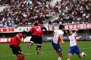 图文:[中超]长春亚泰0-0山东 拼抢姿势各异