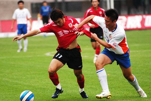 图文:[中超]长春亚泰0-0山东 拼抢手脚并用