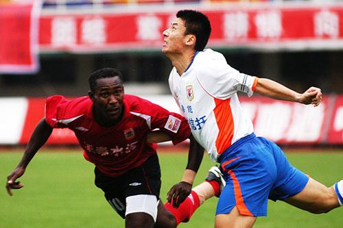 图文:[中超]长春亚泰0-0山东 舒畅头球解围