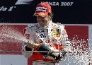 图文:[F1]意大利站正赛 阿隆索喷洒香槟