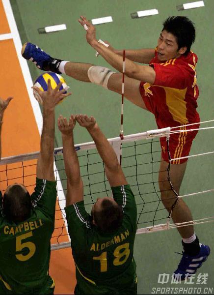 图文:中国男排3-2战胜澳大利亚 沈琼动作夸张