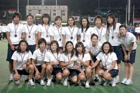 图文:女曲亚洲杯中国队获季军 中国队员全家福