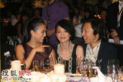 张朝阳先生与二位美女看看而谈