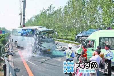 车祸现场一片混乱,一辆吊车正忙着将车头掉转180度的山东牌照客车吊起。