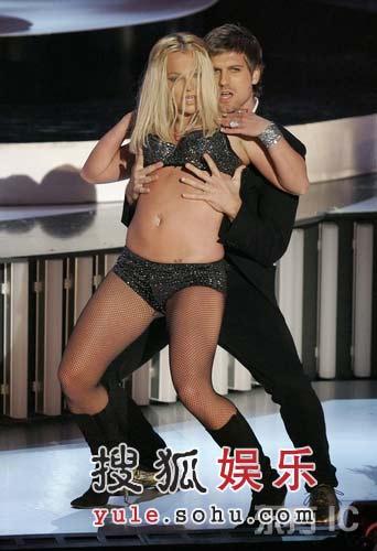 男舞者与小甜甜表演热辣舞蹈