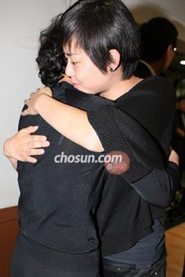 文根英拥抱故友的母亲