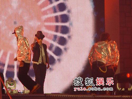 张杰回到阔别已久的上海大舞台