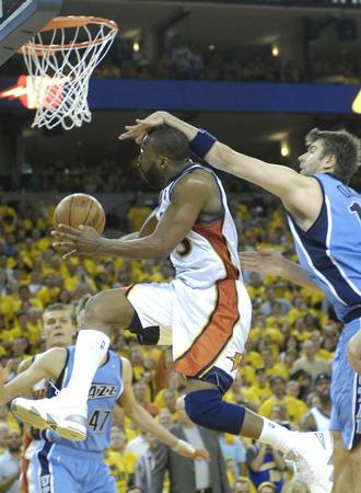 图文:[NBA]爵士VS勇士 戴维斯篮下强攻